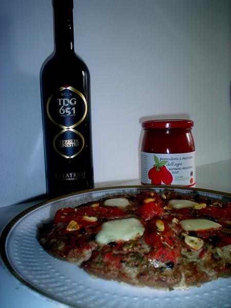 Pizza di tritato alla marinara con Pomodori San Marzano dell'Agro sarnese-nocerino DOP Casa Barone con vino abbinato Terre di Ginestra 651 Nero d'Avola/Syrah 2009 dell'Azienda Calatrasi di Palermo