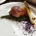 -Filetto di maiale affumicato con asparagi al burro, patate hasselback, cipollotto piastrato e polvere di cavolo viola - - - Fotografia inserita il giorno 16-10-2021 alle ore 19:05:40 da pasqualefranzese