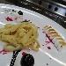 -Tagliatelle di crepes con meringa dorata servita con salsa al cioccolato ed amarena
