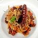 Spaghetti quadrati con ragù di polpo, porro croccante e mentuccia
