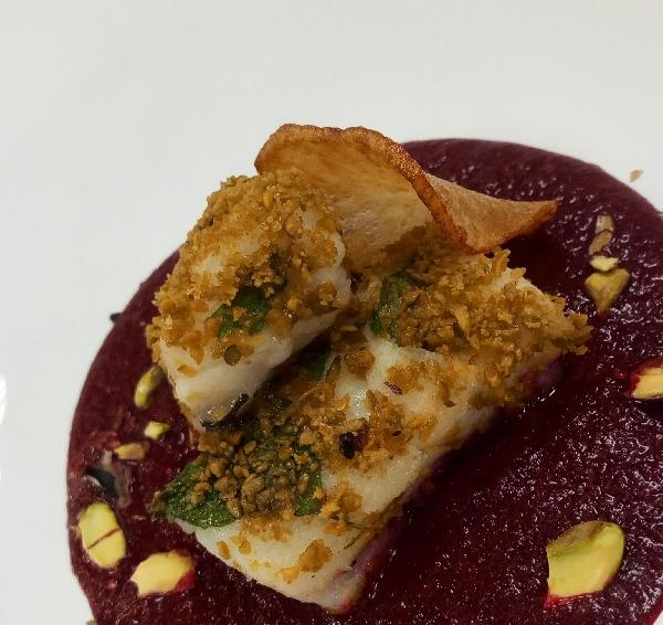 -Baccal� scottato con coulis alla rapa rossa e croccante al pistacchio