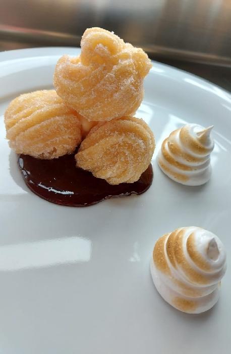 Capricci di carnevale con meringa dorata e salsa al cioccolato fondente