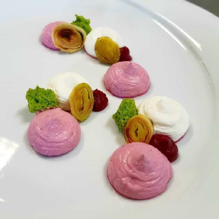 Cheesecake salata bigusto con gelèe di raparossa, porro grigliato e spugna di prezzemolo