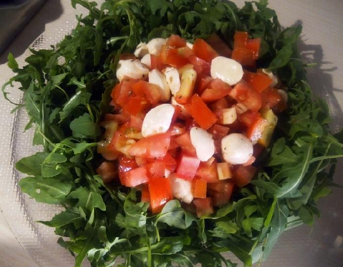 -Corona di rucola con insalata di pomodoro e bocconcini di bufala