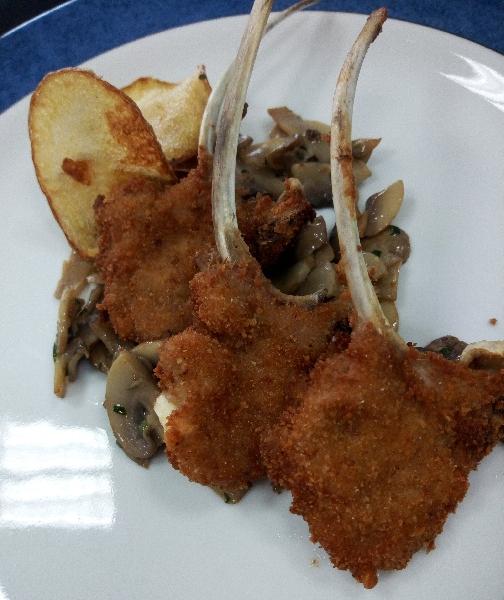 -Costine d'agnello croccanti con prataioli trifolati e patate cips