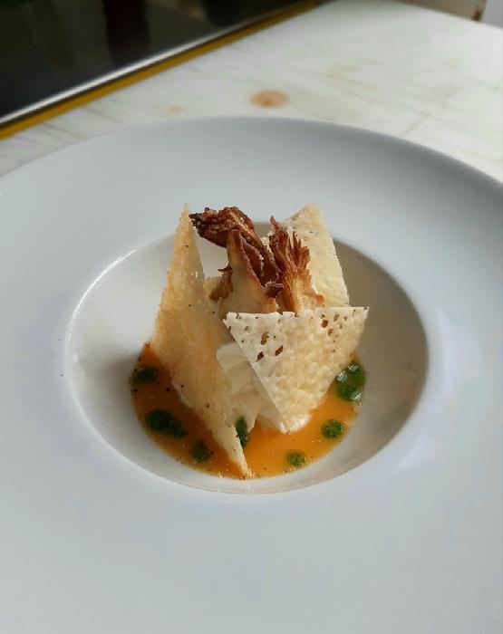 -Coulis di pachino giallo, mousse di ricotta e burrata con cialda al pecorino e carciofo croccante DOP sardo in salsa verde