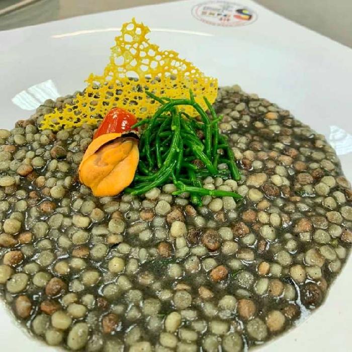 Fregola al nero di seppia con salicornia o asparago di mare