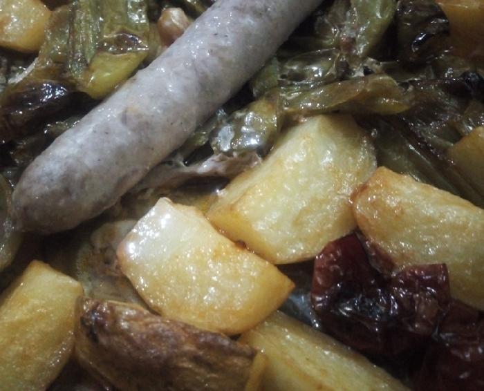 -Friggitelli al forno con patate in camicia e salsiccia fresca del Sulcis