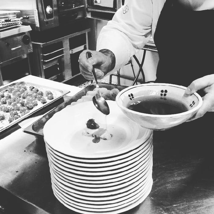 Baccalà infornato, olio allo zafaran, pomodorino confit e croccante di peperone crusco IGP di Senise, su passatina di tarallo al finocchietto