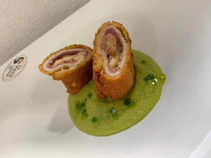 -Involtino di maiale croccante con prosciutto e formaggio dolce sardo servito su crema di zucchine alla menta
