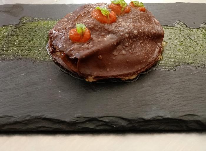 Lasagnetta al cacao con farcia di suino nero al finocchietto selvatico su pesto al basilico e coulis di pachino