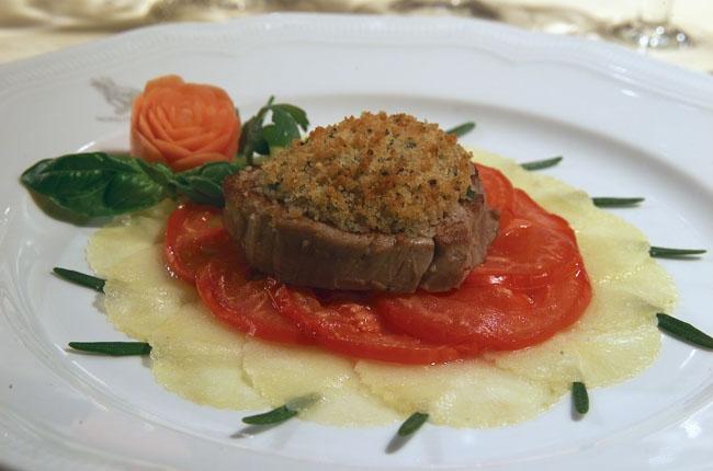 Medaglione di Filetto di Manzo Gratinato su Patate al Rosmarino e Pomodori Arrosto