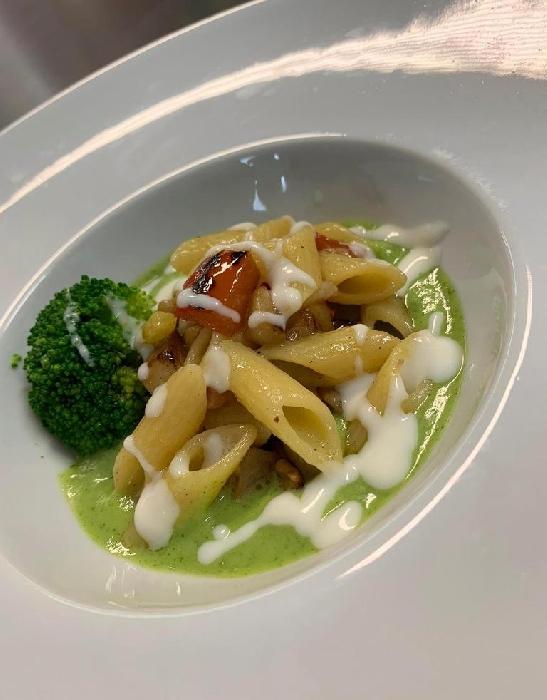 -Mezzepenne ai peperoni e guanciale, servite con salsa al pecorino sardo e coulis di broccolo
