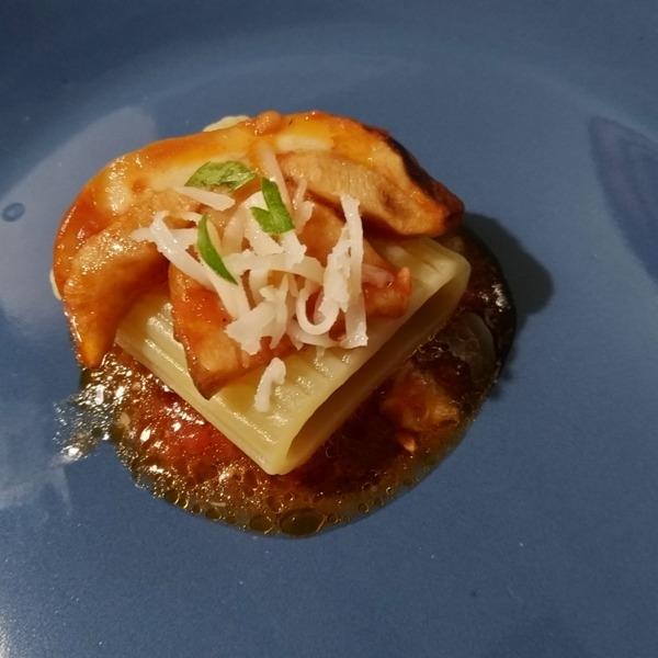 -Mezzo rigatone con salsa ai porcini in rosso