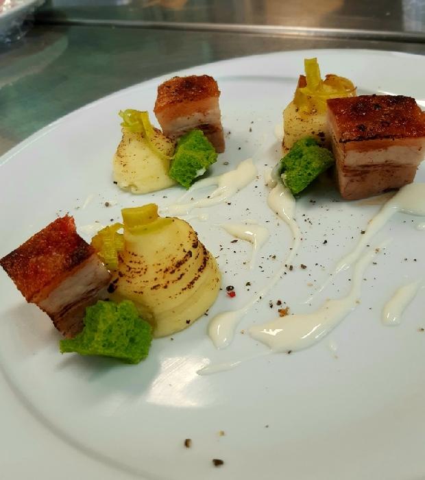 -Pancetta in cbt con purèe de pomme de terre dorata, salsa al pecorino DOP sardo accompagnata da spugne al prezzemolo
