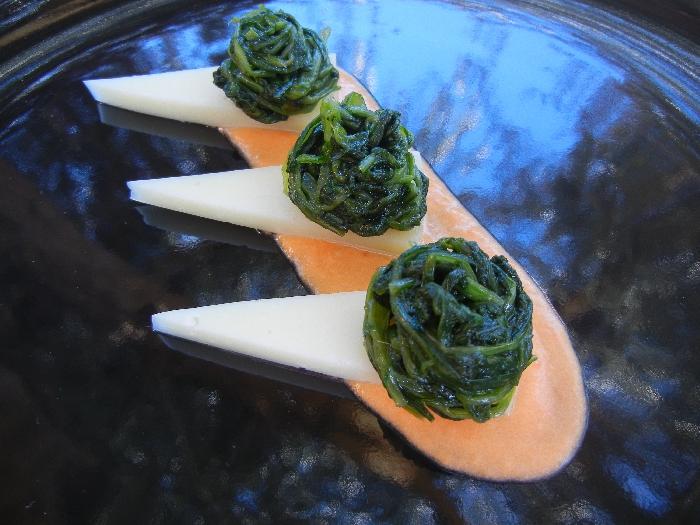Pecorino fresco di Pienza, cicoria saltata su letto di pomodoro fresco