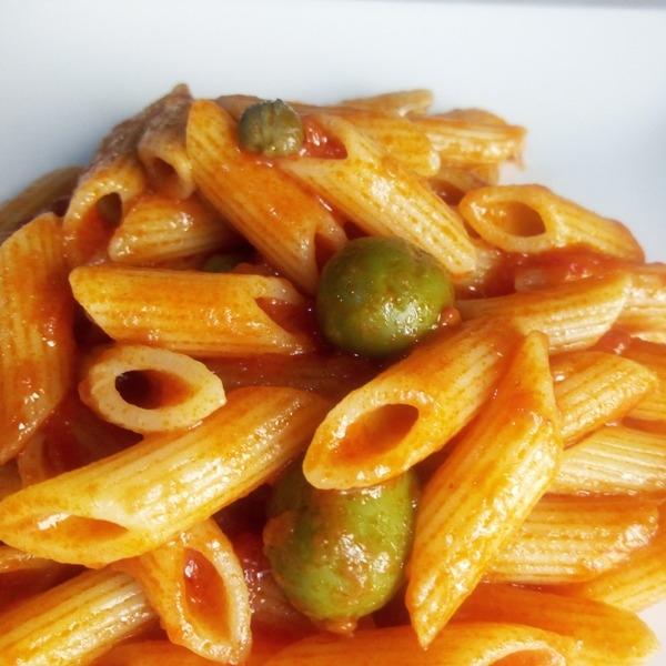 -Pennettine rigate con capperi e olive verdi.