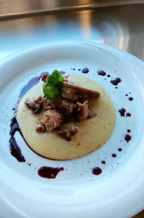 -Puntine di porchetto sardo con crema di patate e salsa al carignano del sulcis