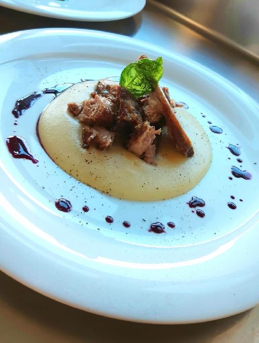 Puntine di porchetto sardo con crema di patate e salsa al carignano del sulcis