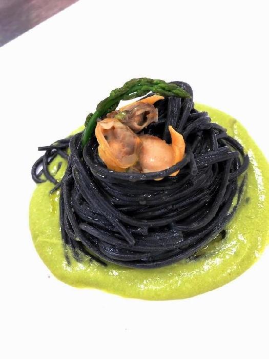 -Spaghetti al nero di seppia alle vongole con crema di asparagi