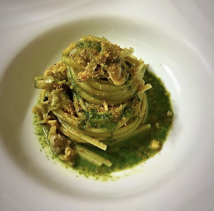 -Spaghetti alla crema di vongole con salsa al basilico e granella saporita