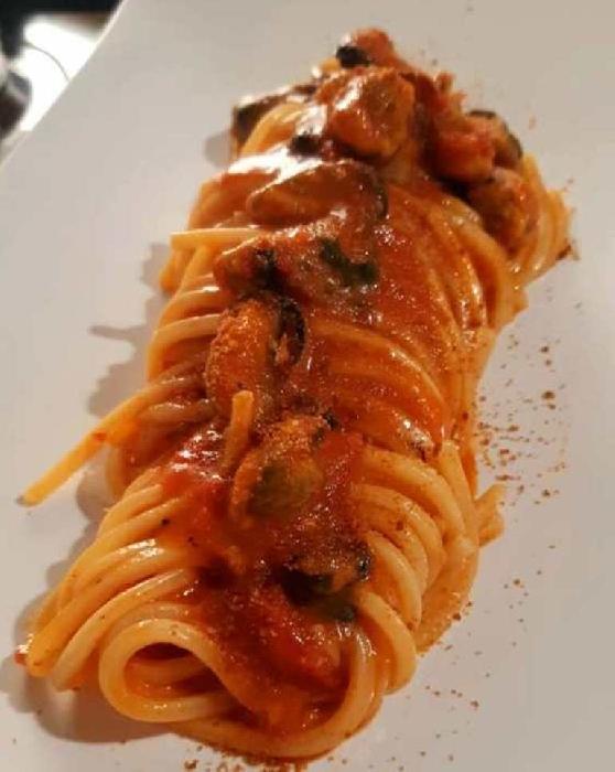Spaghettone quadrato con cozze in rosso e bottarga di muggine