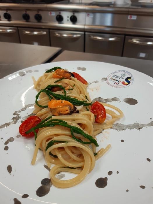 Spaghettone quadrato con salicornia e cozze