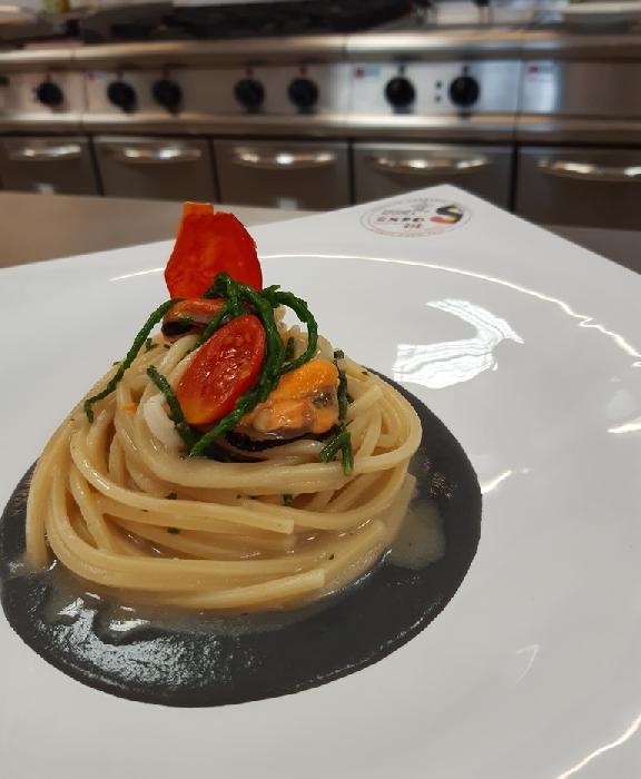 Spaghettone quadrato con asparago di mare e cozze