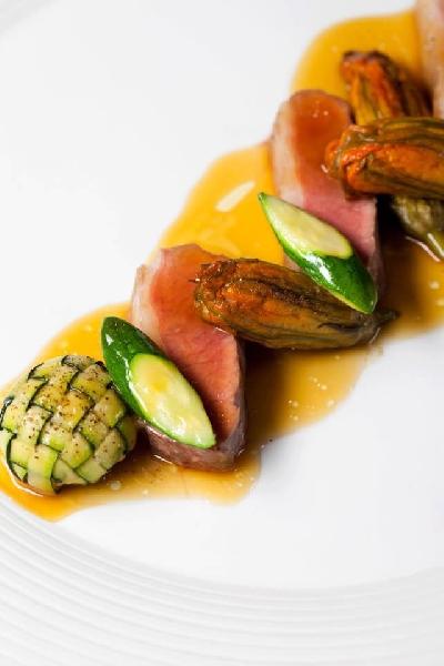 Tagliata d'anatra con zucca, zucchine e zuccotto