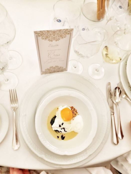 -Uovo cotto a 65� con crema di fave secche, cicoria selvatica, spuma di ricotta salata e polvere di tarallo