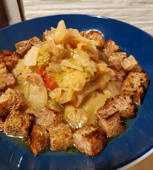Zuppa di verza con crostini tostati