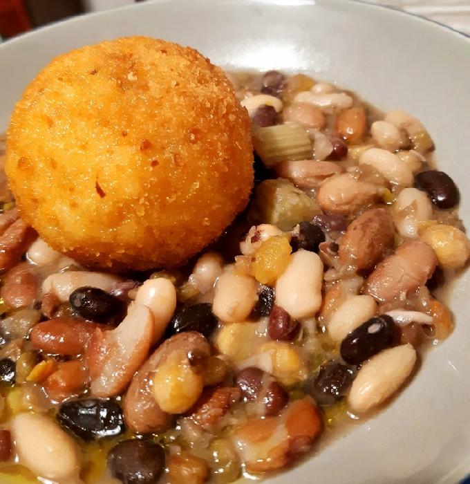 Zuppetta di legumi con sfera di riso al pecorino sardo e zafferano