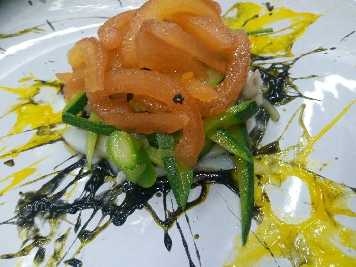 Insalatina di seppie con julienne di verdure su due salse