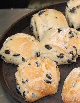 Bocconcini di pane alle olive nere