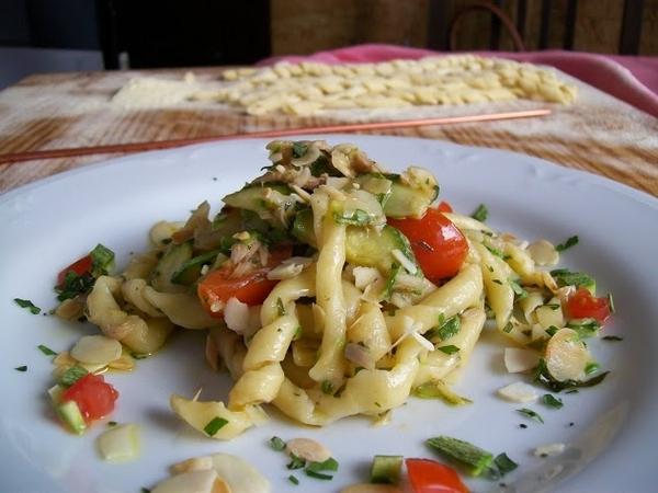 Busiati con tonno sott'olio di tonnara, zucchine,  pomodorini di Pachino e petali di mandorle di Avola fotografia di Mirko Gagliardi