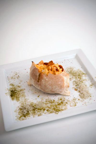 CAPRESE 2.0 - Sfoglia di pane con spuma di burrata e pomodoro su sale rosso delle hawaii e nevischio di basilico e melograno