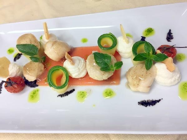 Caprese Art di pomodoro e mozzarella di bufala con capesante marinate al Ginger