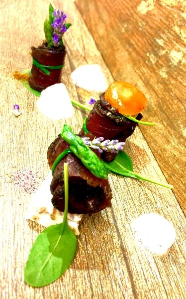 Carne salata e affumicata con uovo scomposto, asparagi e aria di cipolla 4