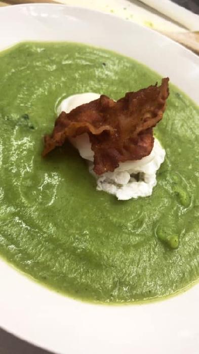 Crema di broccolo con uova in camicia e bacon croccante