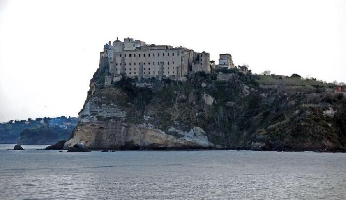 Domenica 9 agosto a Mondragone e Procida arriva il cartellone di OPENart con Sal Da Vinci e Rosso Vanitelliano
