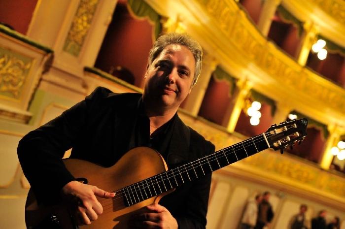 Il 30/12 in streaming il poliedrico chitarrista Francesco Buzzurro per i 700 anni di Torre Annunziata