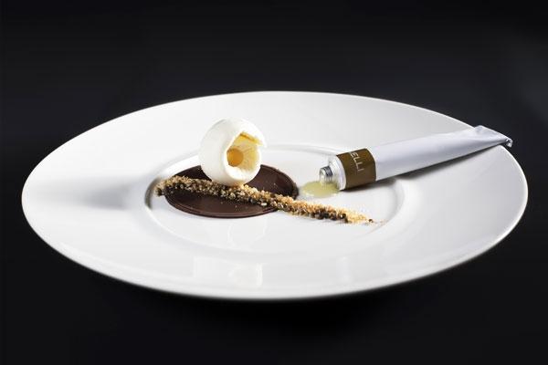 Gelato al pecorino dei Monti Sibillini con gelatina di grappa di Verdicchio e semi di canapa caramellati della Vallesina