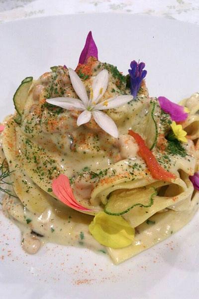 Nastro di  pasta all'uovo con crema di patate al timo, rag� di totanetti di paranza e fiori d'estate