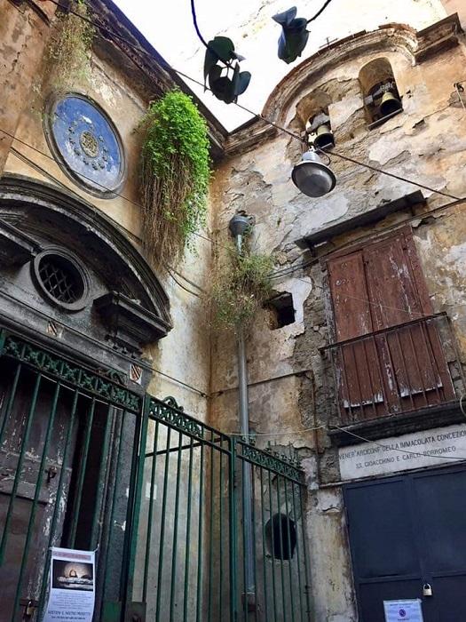 Pio Monte della Misericordia, il restauro della facciata della Chiesa di Santa Luciella con l