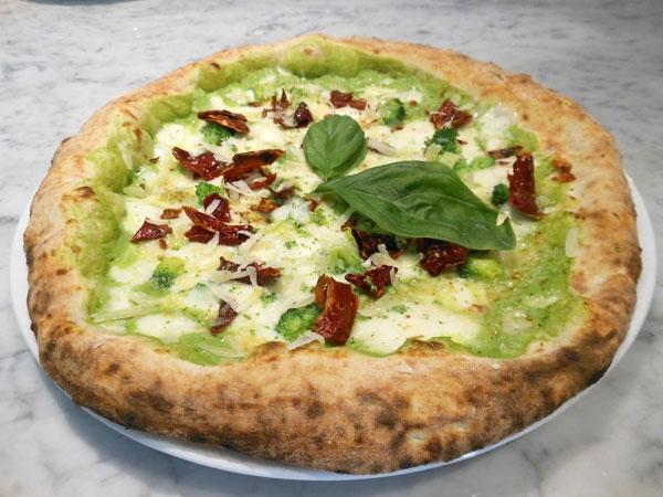 La Ricetta del giorno del 03/02/2018 inserita su spaghettitaliani.com da Michele Leo: Pizza con broccoli, fior di latte, peperone crusco e formaggio mandarone