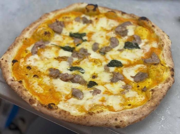 Pizza con crema di zucca, salsiccia e provola