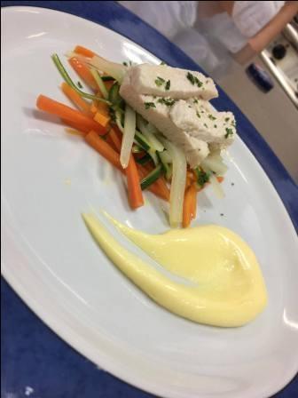 Pollo al vapore con verdure croccanti e salsa allo yogurt