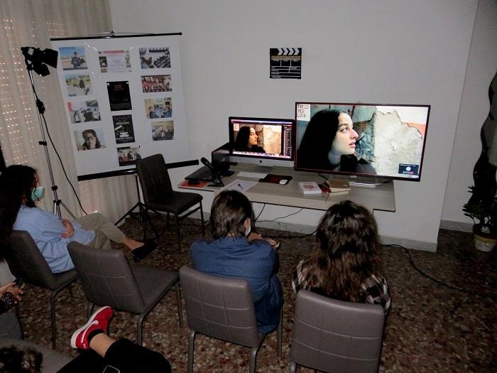 Presentato agli studenti di quest'anno, in anteprima e in modalit� DAD, il corto realizzato dagli allievi dello scorso anno, del laboratorio di audiovisivi dell'Orientale, diretto da Francesco Giordano