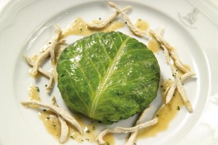 Risotto alle zucchine in foglia di lattuga con julienne e salsa di coniglio alla maggiorana