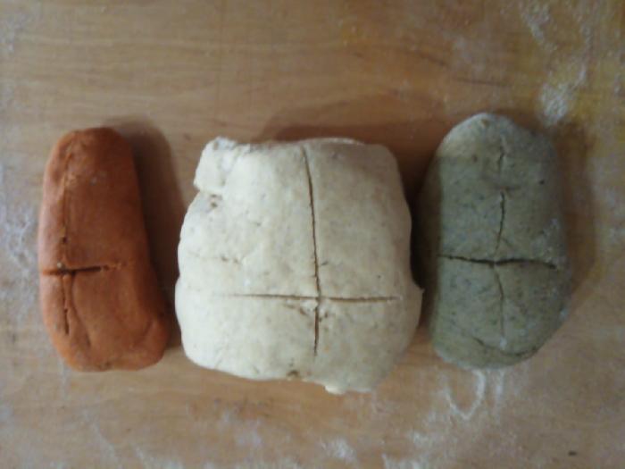 Rosone di grani antichi la saragolla lucana con foglie di rapa rossa e datterini gialli e rossi